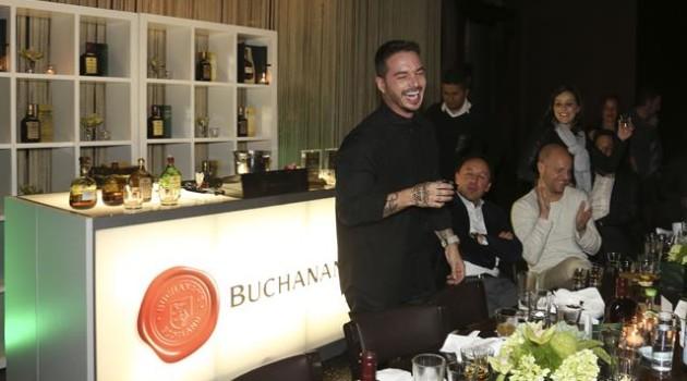 J Balvin gozando durante una cena privada en las vegas patricinada por Buchanans[9]